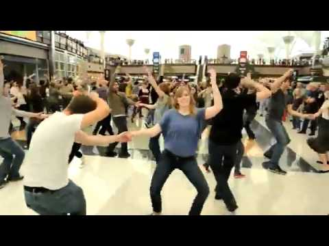 Динамичный танцевальный флешмоб в аэропорту США