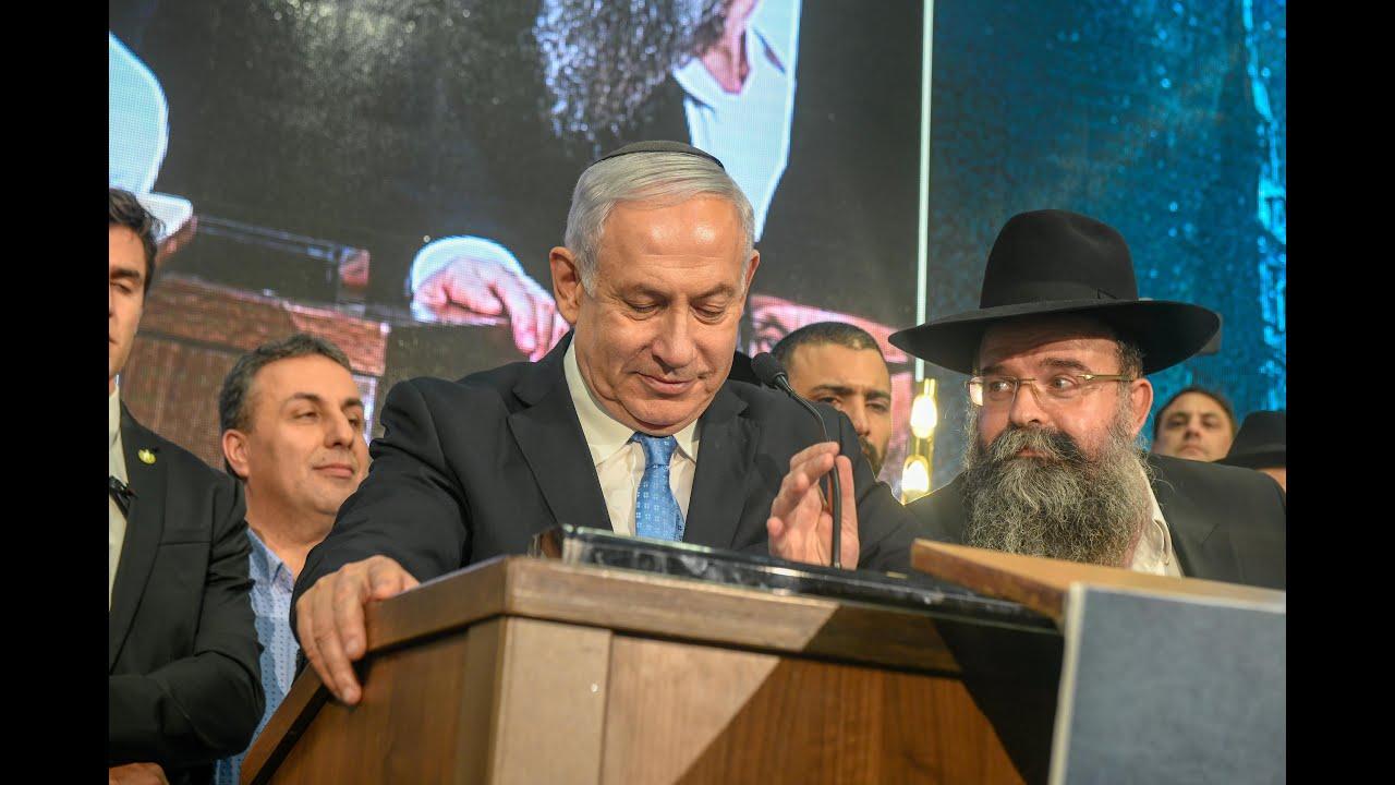 """ראש ממשלת ישראל, מופתע בווידיאו שלו עם הרבי מליובאוויטש, בהתוועדות יט' כסליו,תש""""פ. כפר חב""""ד."""