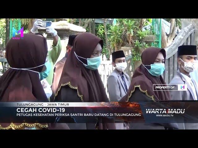 Petugas kesehatan periksa santri baru datang di Tulungagung.