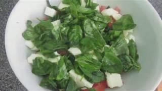 Салат с моцареллой, помидорами, рукколой и базиликом.