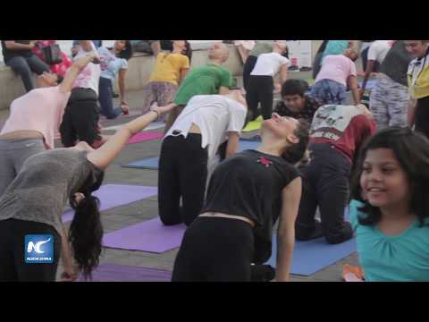 Gente de Bombai participa en 'Yoga by the Bay' en Marine Drive