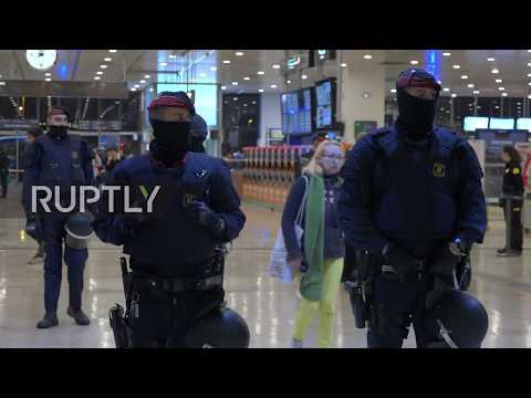 Spain: Student protesters storm railway station in Barcelona after demo