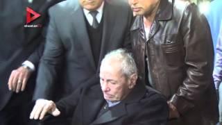 بالفيديو| طارق سليم يبكي أثناء تقديم واجب العزاء في حمادة إمام