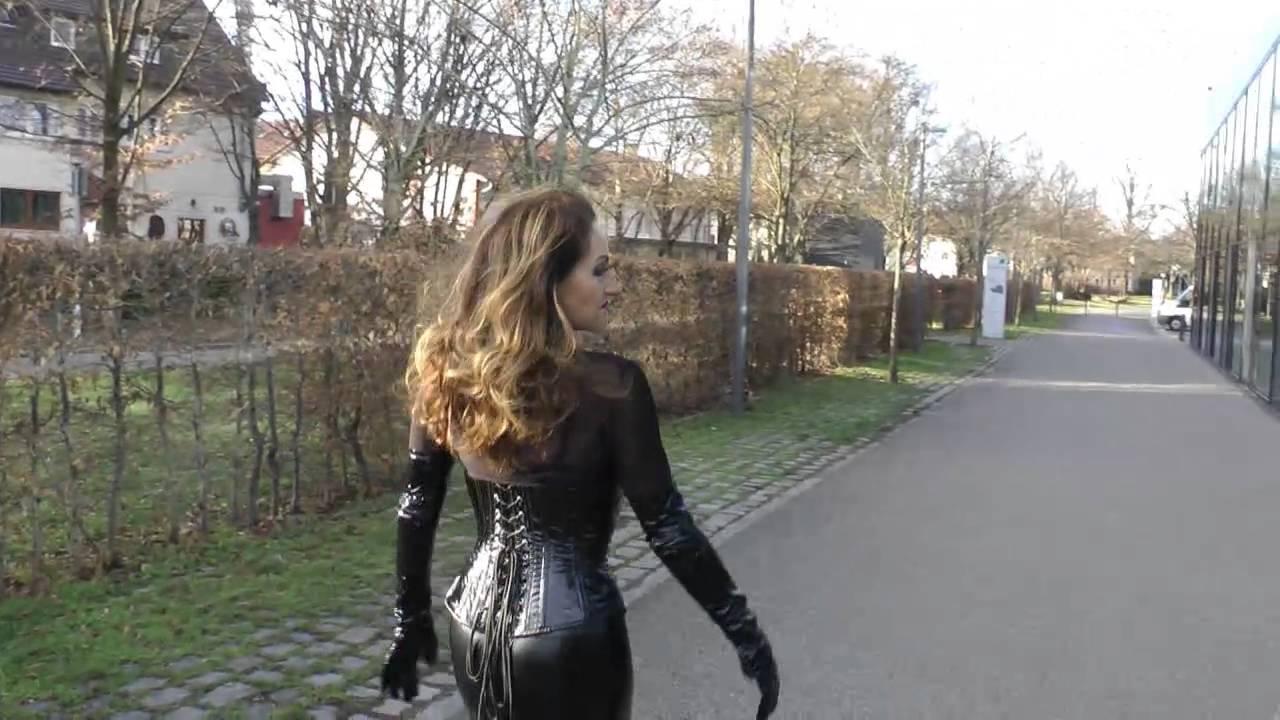 Outdoor Im Fetisch-Lackoutfit - Herrin Barbara Von Stahl -2669