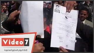 بالفيديو..حملة الماجستير المحتجون يحرقون شهادات التخرج أمام نقابة الصحفيين