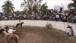El Cuate De Los Rambos Montando Jaripeo Huascato 2012