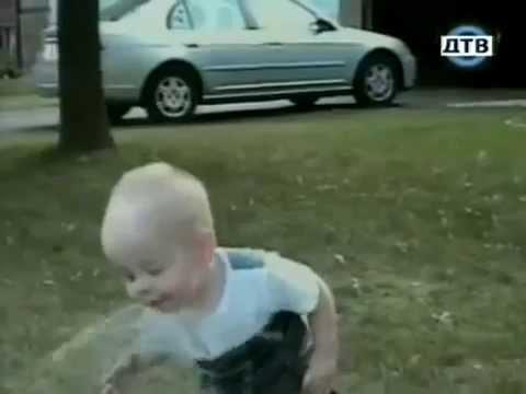 Малыш пьет воду (прикол)