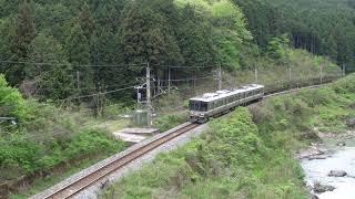 山陰の山間を走る223系普通電車
