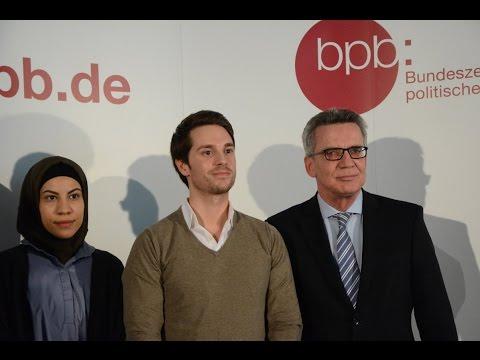 Innenminister de Maizière mit YouTubern Nemi El-Hassan und Mirko Drotschmann
