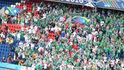 Will Grigg's on fire - Fans aus Nordirland nach dem Abpfiff im Parc des Princes