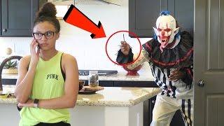 מתיחה אכזרית - חבר מפחיד את חברה שלו בתור ליצן רוצח! (מטורף)