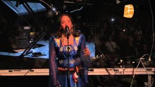 Sublime Tanina (fille de Idir) en robe amazighe à l'Olympia de Montreal (acewwiq / chant: Ufigh duru)