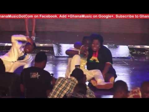 Okyeame Kwame & Amanda - fall on stage at Ghana Meets Naija 2013 | GhanaMusic.com Video