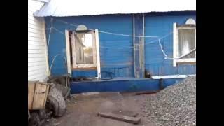 видео Как сделать фундамент под старый дом без фундамента: из кирпича или на сваях