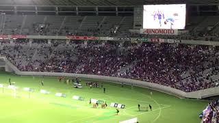 試合後ブーイングもコールも起きないFC東京サポーターへの挨拶の様子。 ...