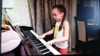 Девочка поёт песню круче всех и играет на пианино