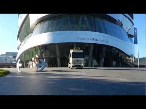 Frühsport mit dem ACTROS-Taxi vor dem Mercedes-Benz-Museum in Stuttgart