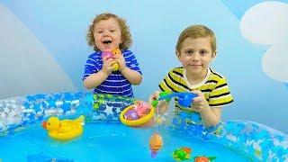 ВЕСЕЛА РИБОЛОВЛЯ для дітей! Данік і Микита грають в рибалку - Носики Курносики дитячий канал