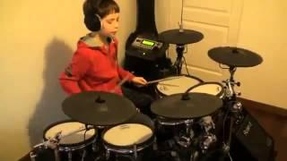 Мальчик превосходно играет Нирвану на барабанах
