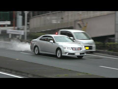 【警察】赤信号で転回した車を猛追する銀色覆面パトカー