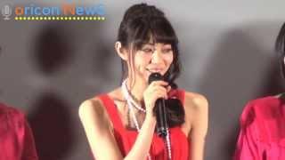 映画『赤×ピンク』初日舞台あいさつに赤のドレスで登場した主演の芳賀優...
