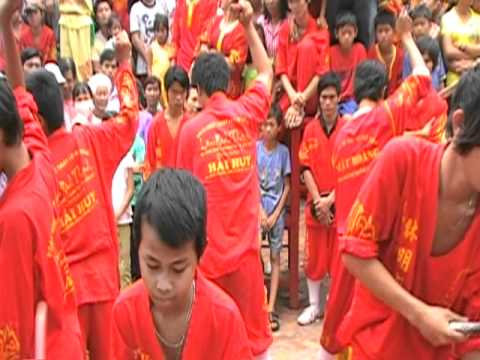 Doan nghe thuat Lan Su Rong LAM MINH THANH via ong Quan co Tran Van Thanh bieu dien trong hoi.MOD