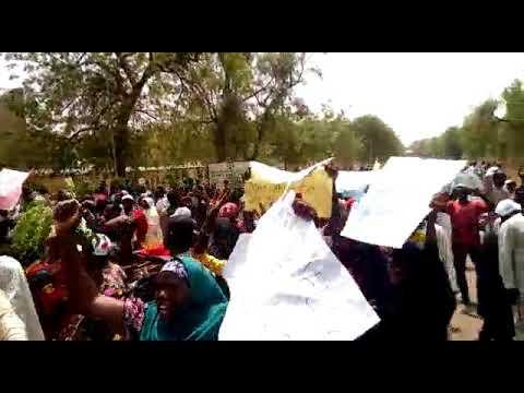 Mata na zanga-zangar limani yanzu haka a hukumar INEC ta  Sokoto akan zaluncin sa akayiwa Mutawalle thumbnail