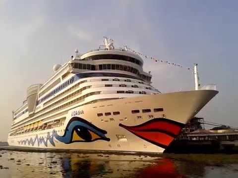 Aida Diva: Kissing the Sea...