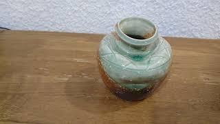 蹲(うずくまる)は、花入に転用された壺だそうです。 古信楽・古伊賀のほ...