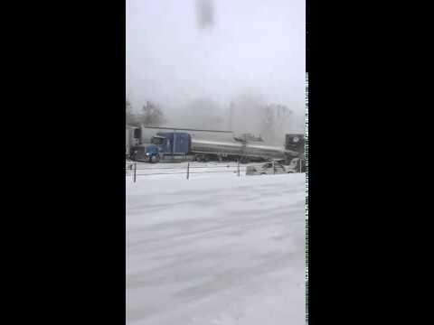 Gần 200 chiếc xe đụng liên hoàn vì bão tuyết ở Mỹ