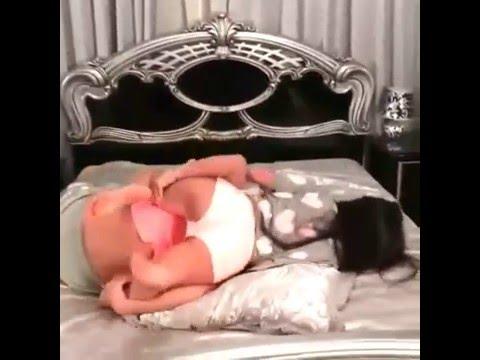 Cewek Seksi Di atas ranjang sangat menggoda