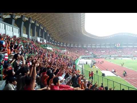 Aksi BERBALAS LAGU JAKMANIA di stadion PATRIOT