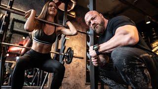 Mit 16 Jahren im Fitnessstudio?! Kniebeugen mit Emilia Bte