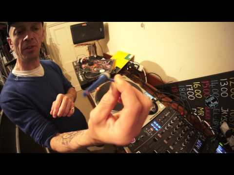 DJ WHY YOU SHOULD USE VINYL AND BASIC SCRATCHING LESSON BY ELLASKINS THE DJ TUTOR