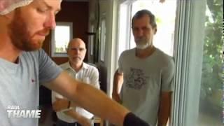 Eduardo Jorge acompanhando a produção do extrato artesanal de cannabis na casa de Raul Thame.
