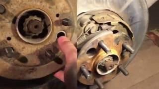 Как отрегулировать ручной тормоз с дисковыми тормозами на Toyota RAV4 второго поколения