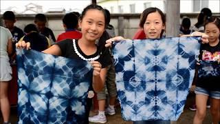 毎年、市内外の子どもたちが社会科見学などで藍染めを体験しています。...