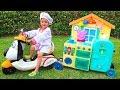 Kind Vlad gibt vor, Spielzeugkaffee auf Rädern zu spielen