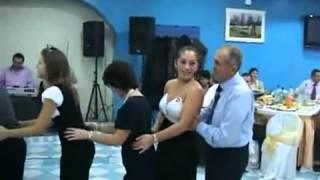 Velho safado encoxa mulher dançando