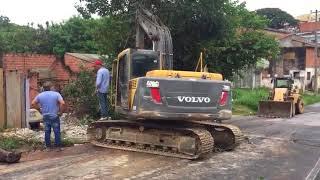 Caminhão perde freios e derruba muro e poste