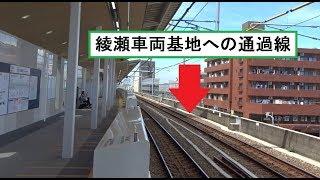 ホーム前の停車線と通過線が並ぶ千代田線北綾瀬支線の北綾瀬駅構内の風景