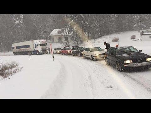 Fünf Audi-Quattro ziehen 40-Tonnen-LKW eine Strasse hinauf