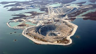 Почему вода не заливает алмазный рудник «Дьявик» посреди озера? Необычные рудники и карьеры планеты.