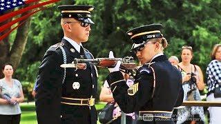 【衛兵交代】完璧な動作でライフルと服装を点検するアーリントンの衛兵
