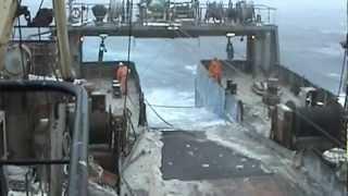 Батм в шторм, выборка трала. Fish trawler, hard job.