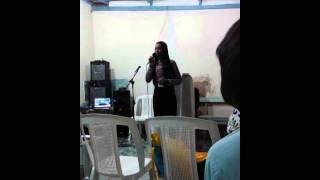 Levita Loanda louvando a deus