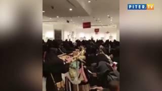 Арабки дерутся за одежду  на распродаже
