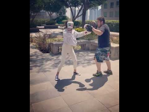 Gabriel Soto enseña a su hija a boxear