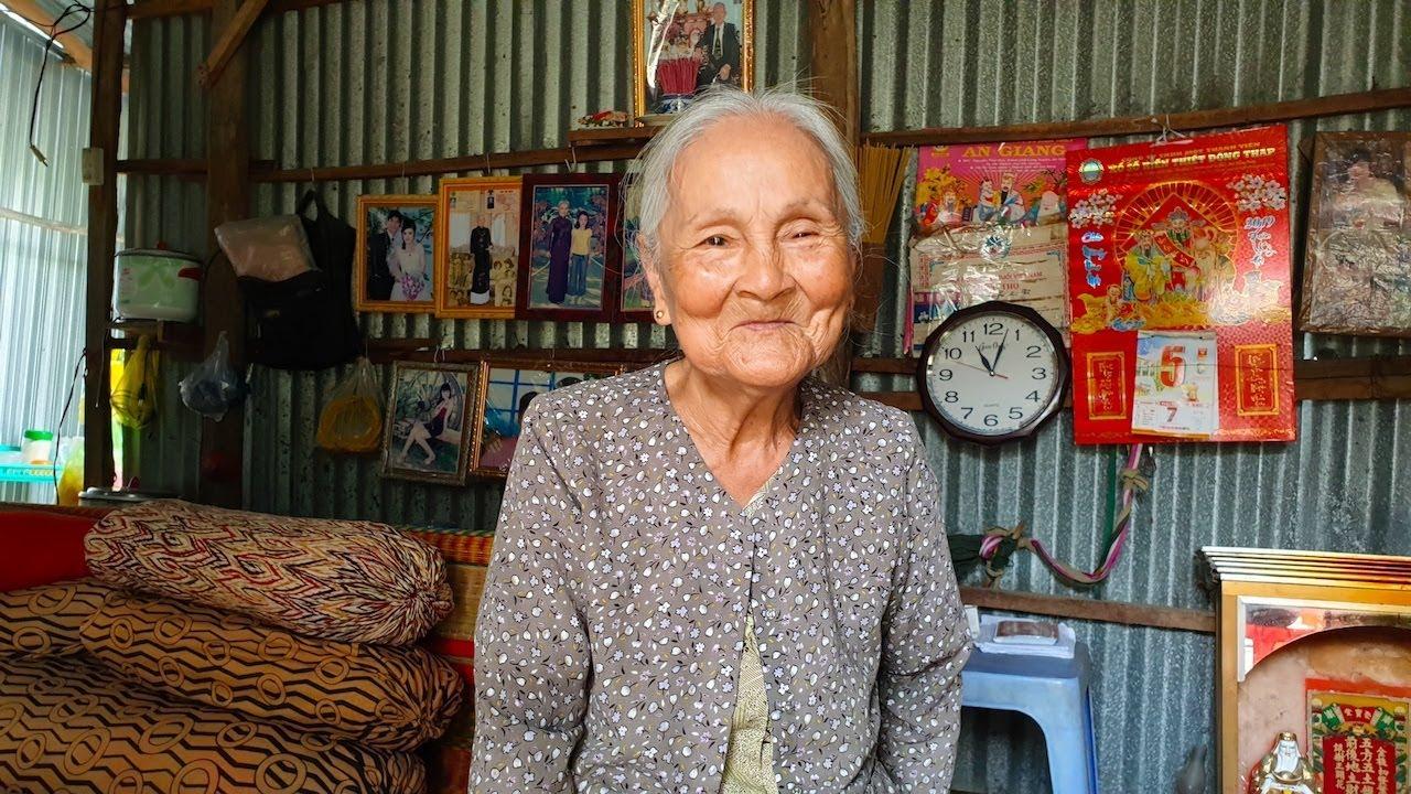 Cầm cọc tiền 133 triệu, bà ngoại bán vé số 3 giờ sáng nói câu khiến ai cũng nghẹn ngào