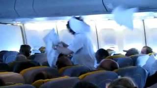 Бои подушками в самолете(Бои подушками в самолете,смех, смешое видео, юмор, офигенчик,ofigenchik.com., 2010-08-12T08:47:09.000Z)